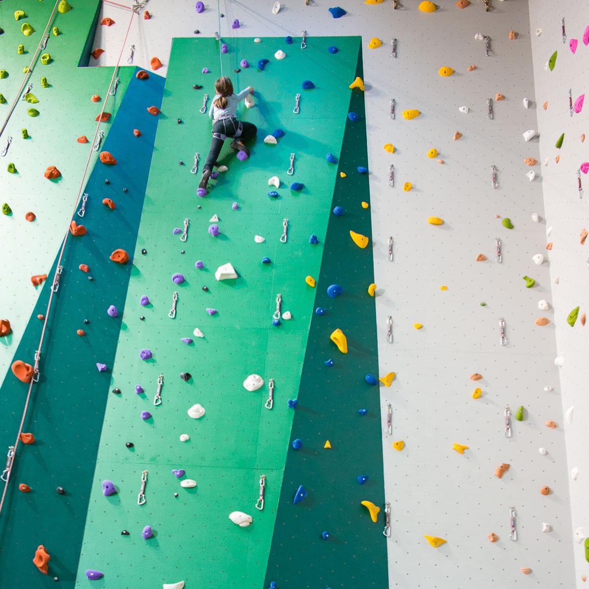 Enfants cours escalade mur megeve escalade meg ve - Mur escalade enfant ...